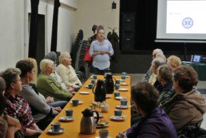 Na spotkanie z ratowniczką, panią Karoliną Bazal przybyło 20 seniorów.
